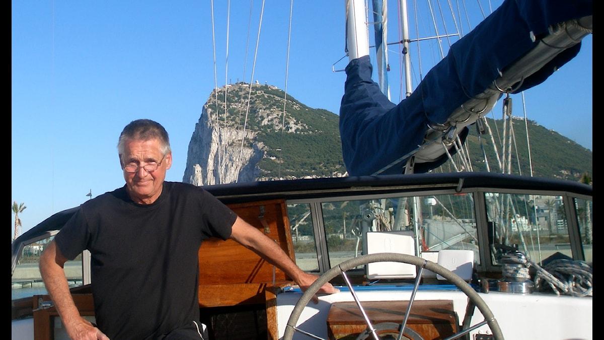 Tommy Zwedberg ombord på sin båt Gir med Apberget i bakgrunden. Foto: Tommy Zwedberg