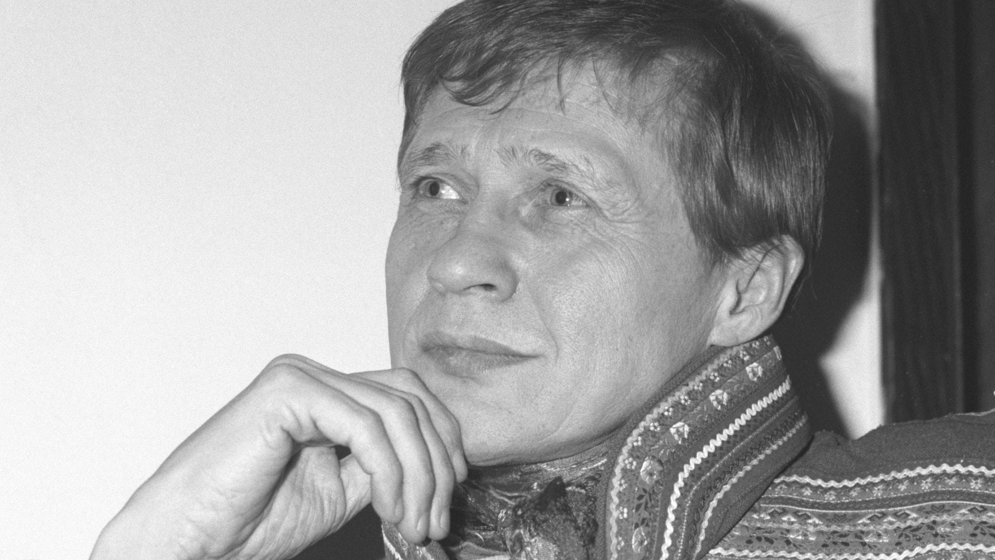 Nils Aslak Valkeapääs jojk hedrar omkommen flicka