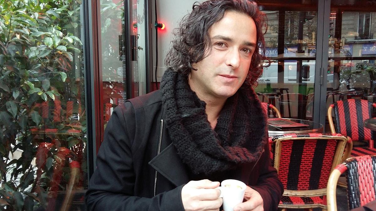 Arno Santamaria på café i Paris