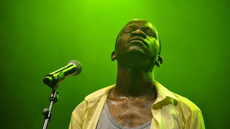 Bild på Mathias Muzaza i zimbabwiska bandet Mokoomba.
