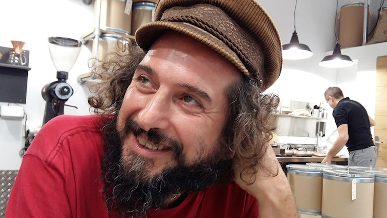 Sångaren Vinicio Capossela på cafe