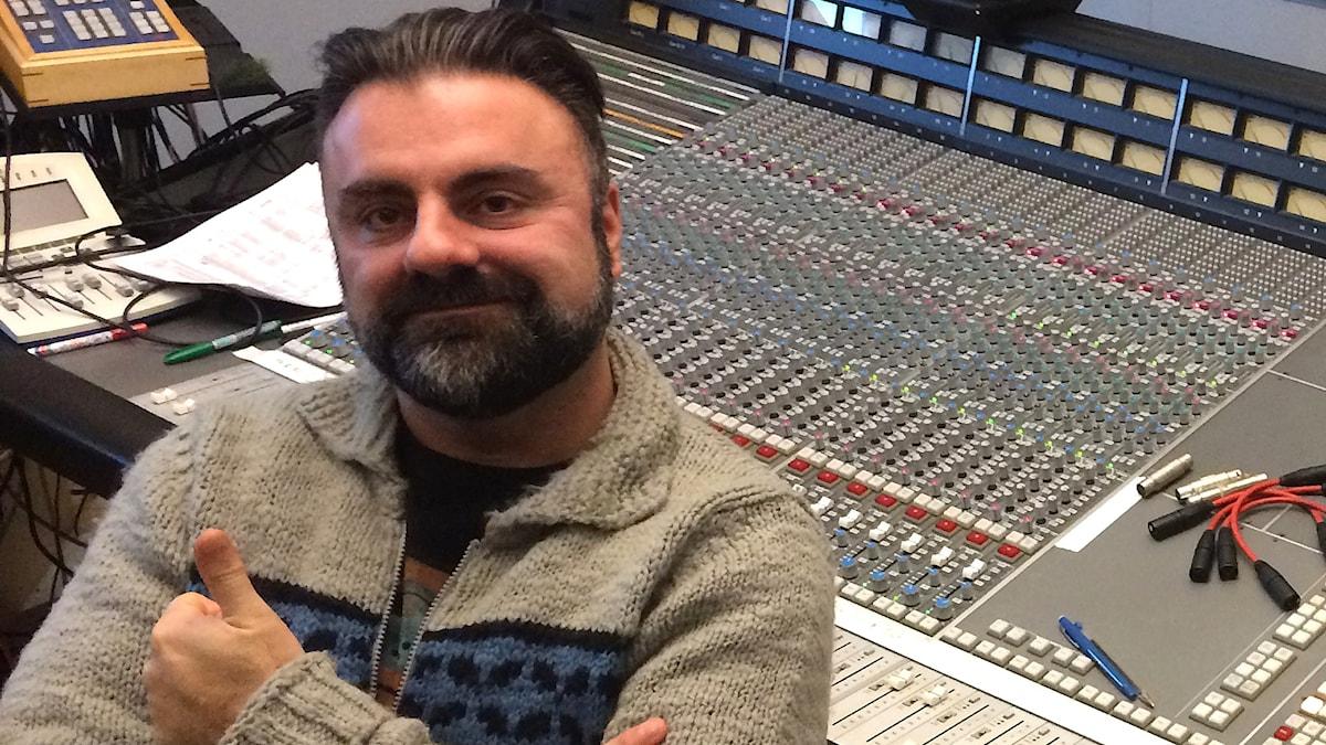 Teddy Paunkoski vid mixerbordet.