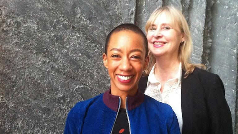 Elena Wolay och Carin Kjellman framför bergväggen i Radiohuset