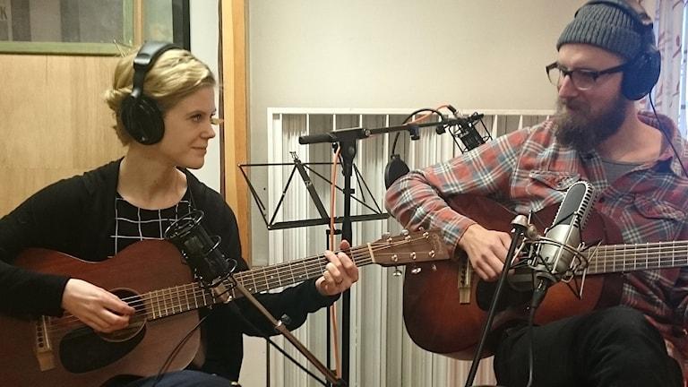 Elin Louise & Gustav med sina gitarrer i studion