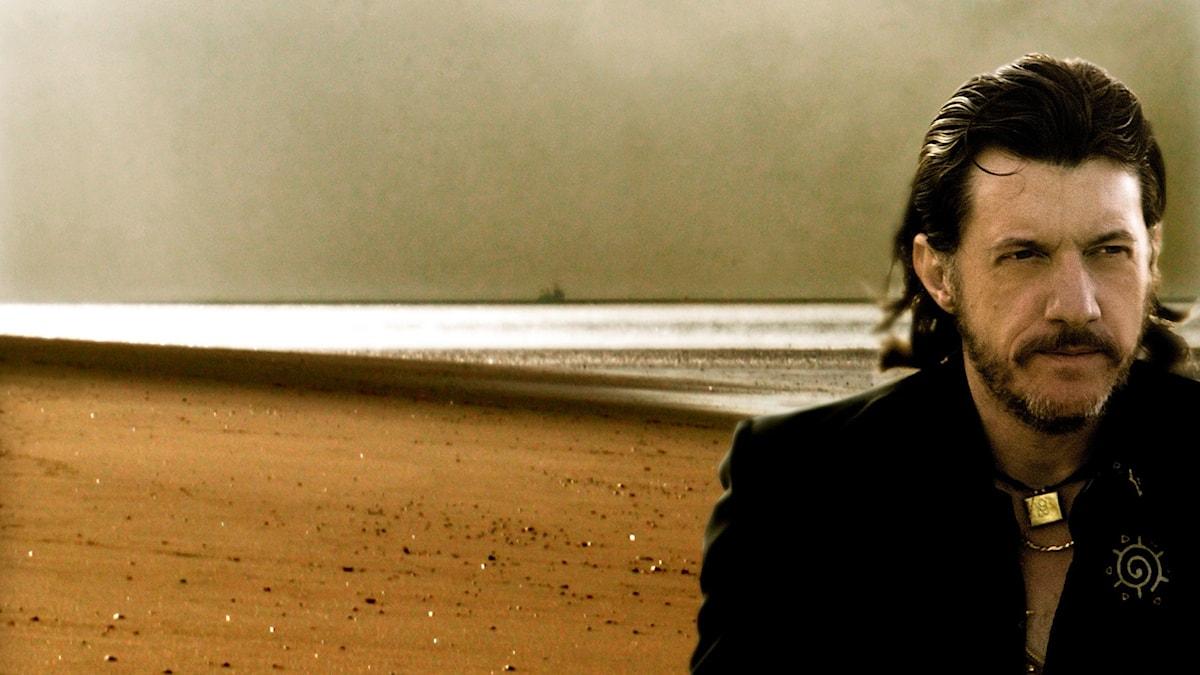 Pressbild på Titi Robin vid havet