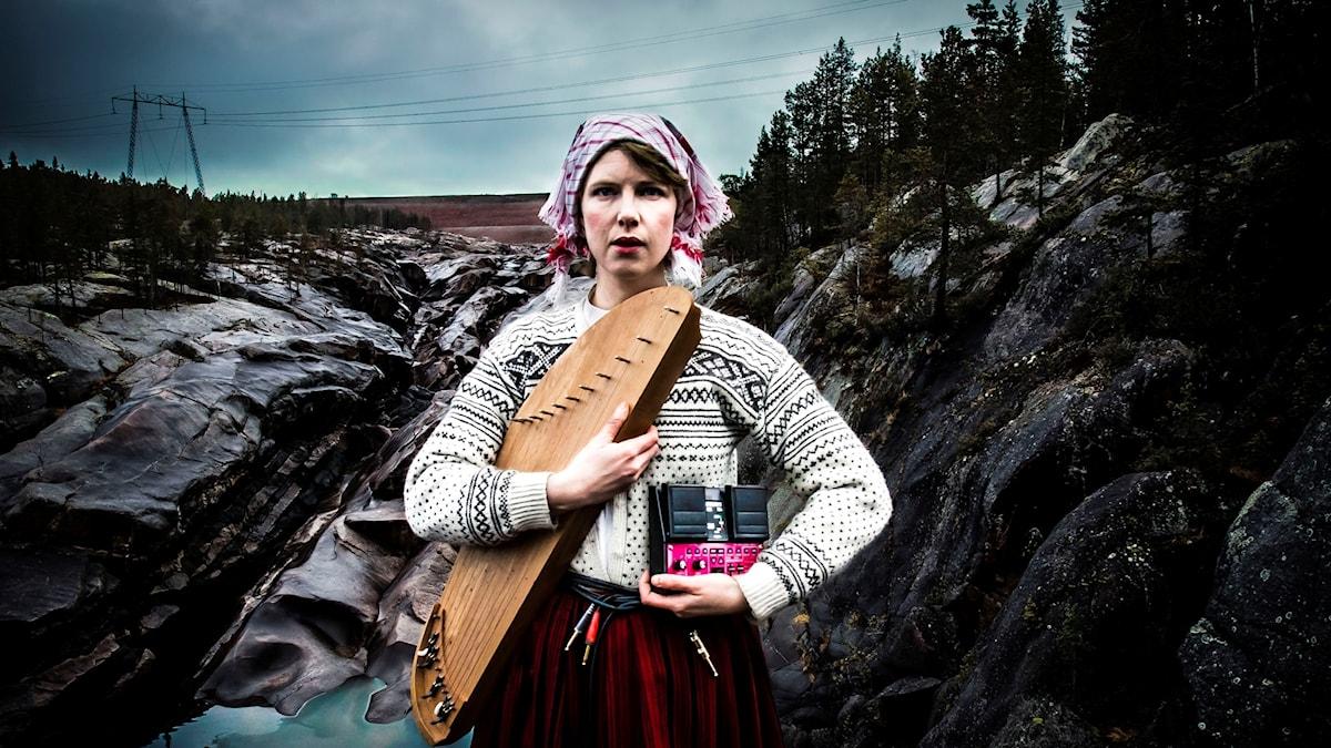 Kanteleartisten Mirja Palo poserar
