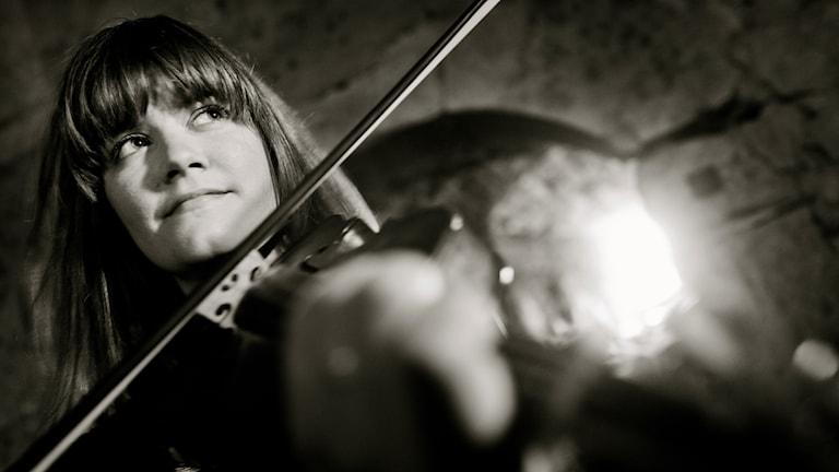 Svartvit närbild på Emma Ahlberg Ek med fiol. FOTO: Anna Gullmark