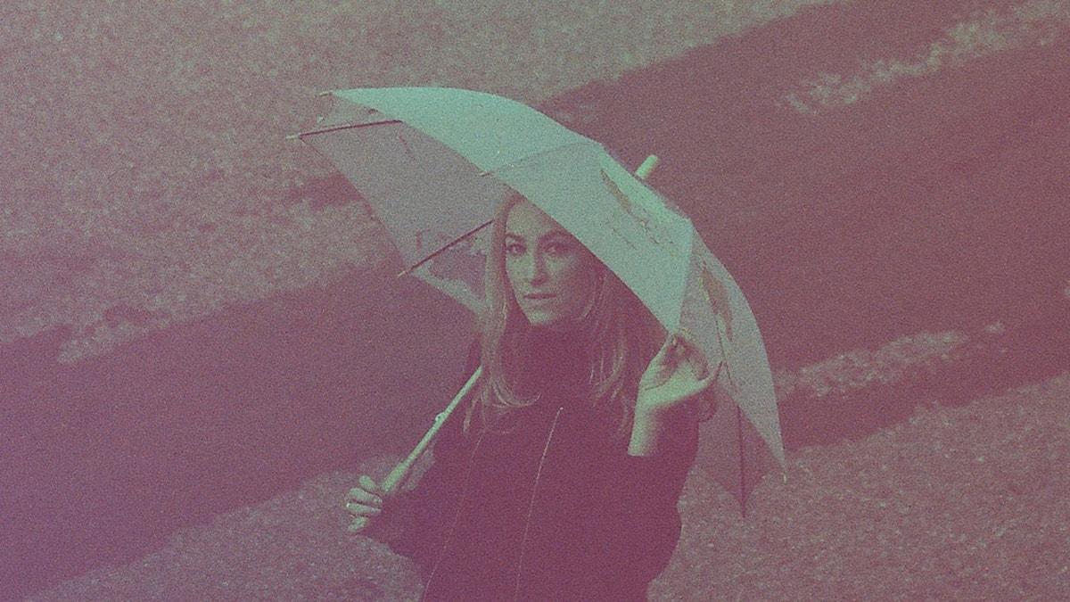 Anna Lindström under paraply
