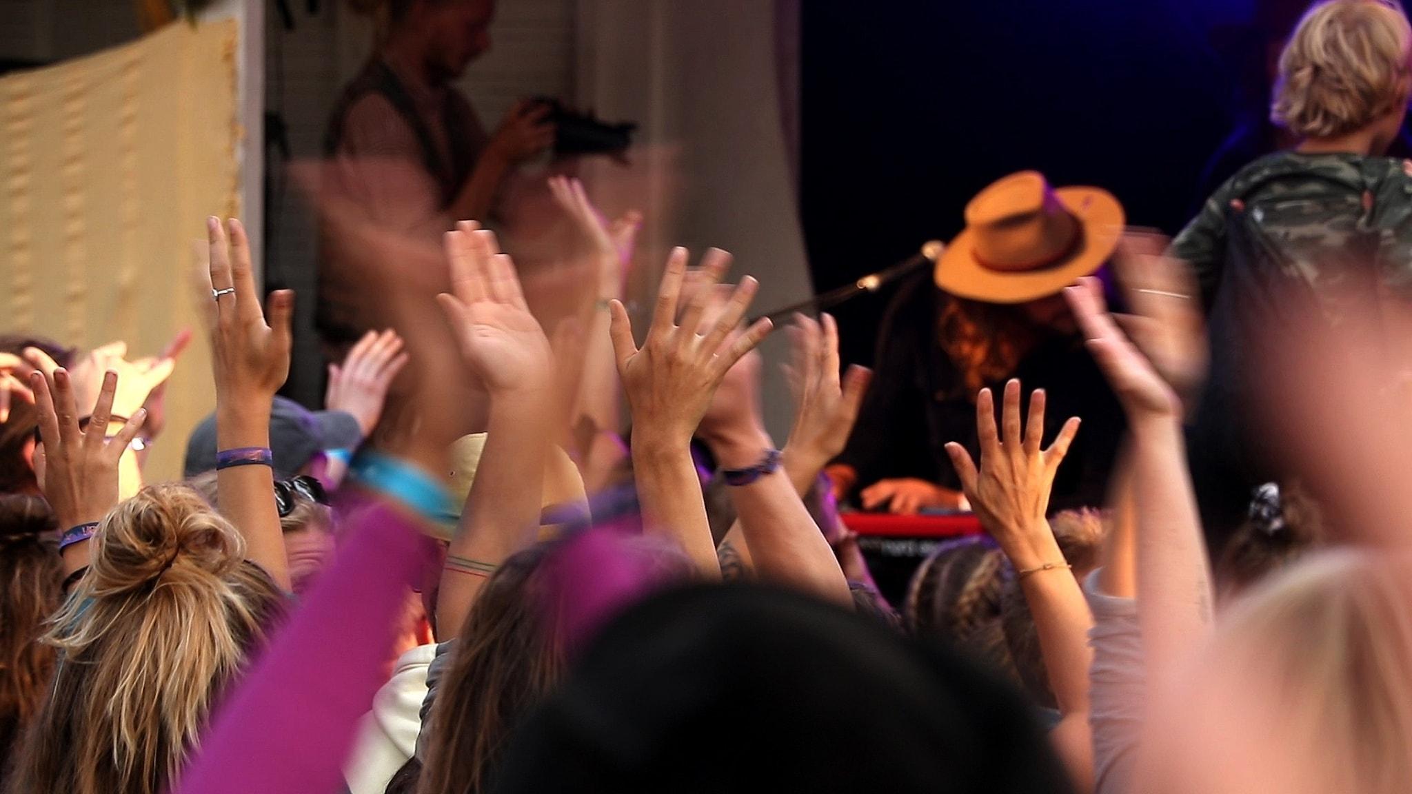 Bild: Händer i luften på konsert.