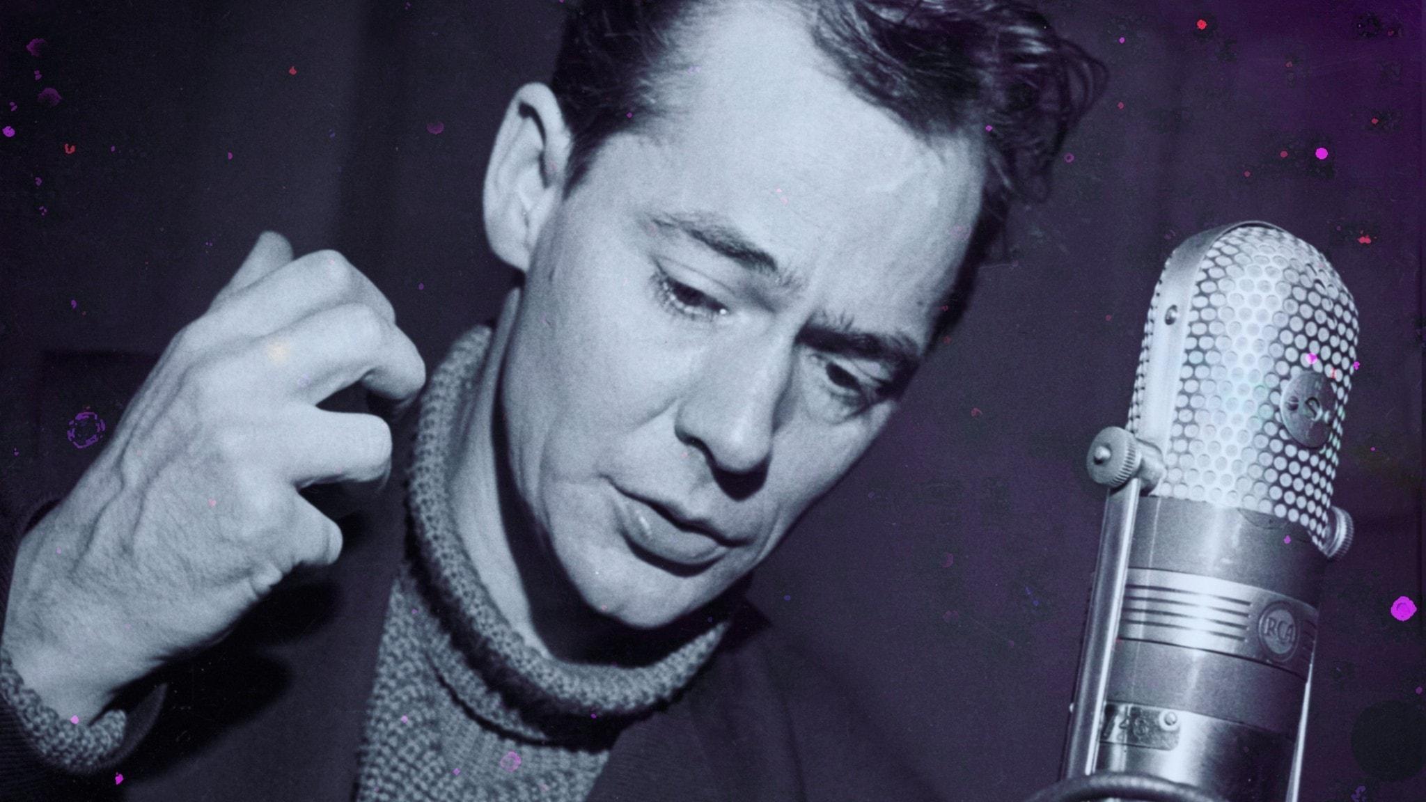 Bengt Ekerot agerar framför en mikrofon.