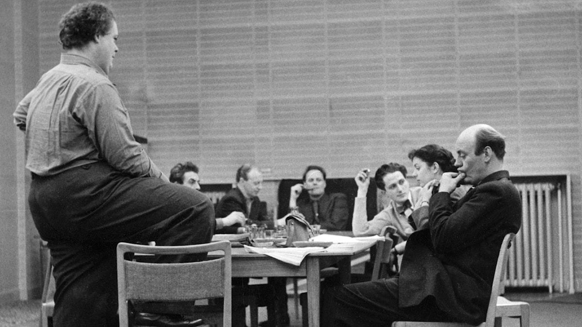 Under kollationeringen av Herr Arnes penningar. Regissören Åke Falck till vänster och till höger Ulf Palme och Jane Friedmann. (Foto: Sören Hoffman/SVT Bild)