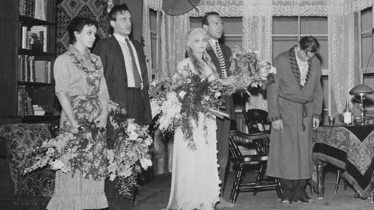 Hela ensemblen vid applådtacket på Dramaten: Catrine Westerlund, Jarl Kulle, Inga Tidblad, Ulf Palme och Lars Hanson (Foto: SVT Bild)