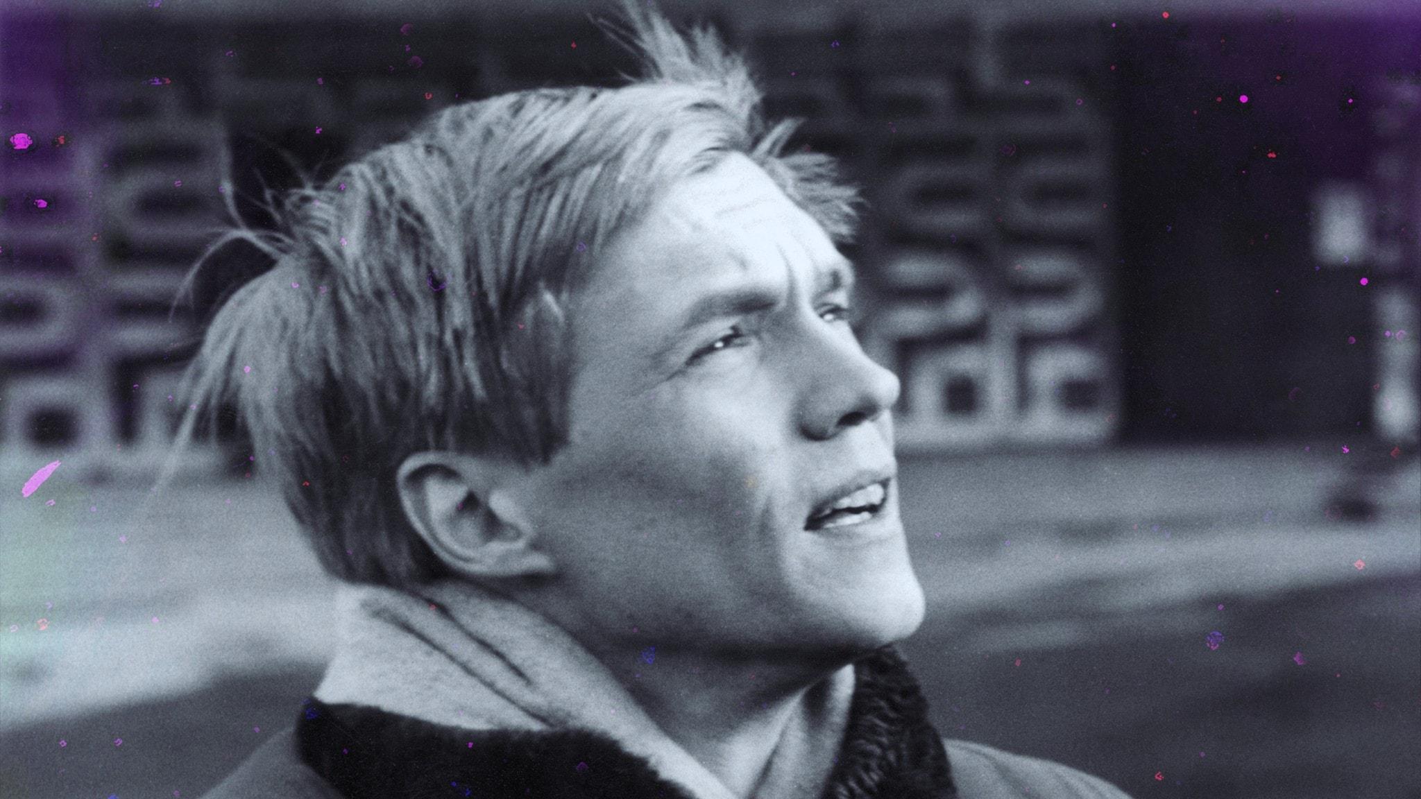 Porträtt av en ung Per Oscarsson i utemiljö.