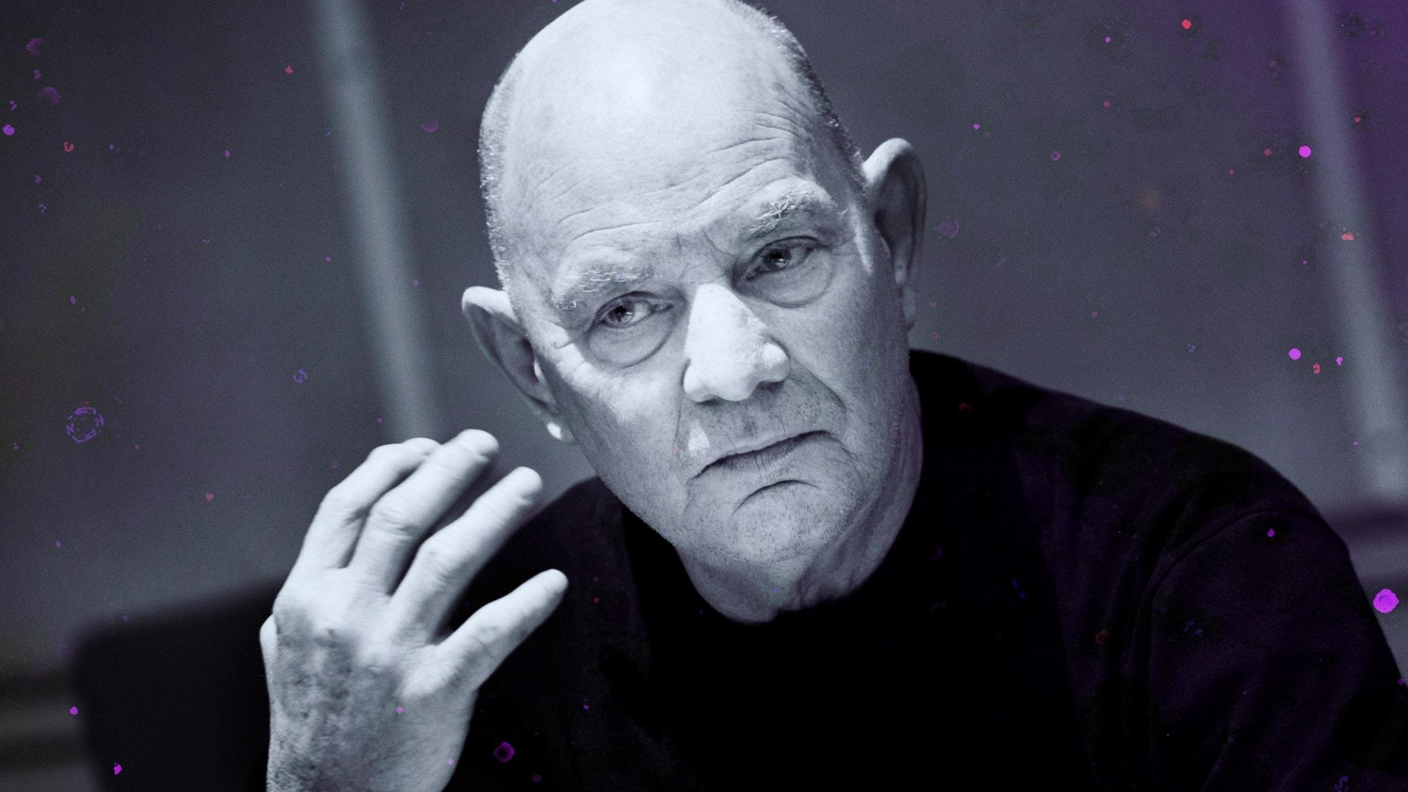 Porträtt av Lars Norén i studiomiljö under inspelningen av Skuggor.
