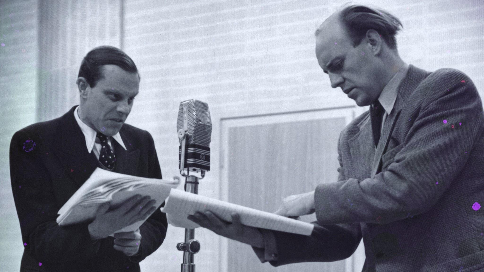 Olof Widgren och Ulf Palme under en inspelning i en radioteaterstudio med manuskript i händerna och en mikrofon mellan sig.