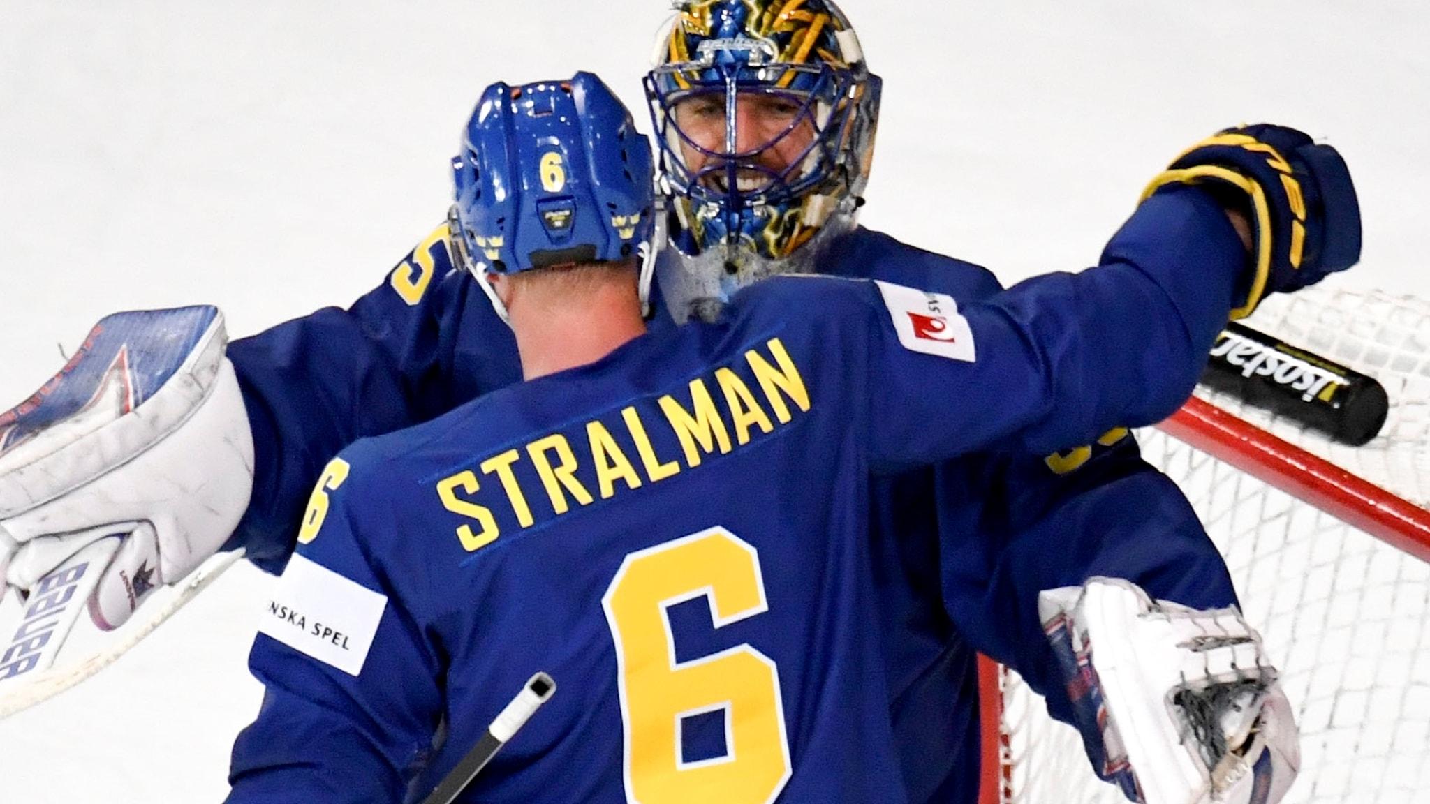 Henrik Lundqvist och Anton Strålman kramar om varandra.