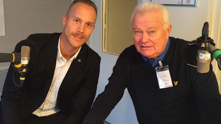SHL-domaren Andreas Harnebring och expert L-G Jansson. Foto: Martin Sundelius/SR.