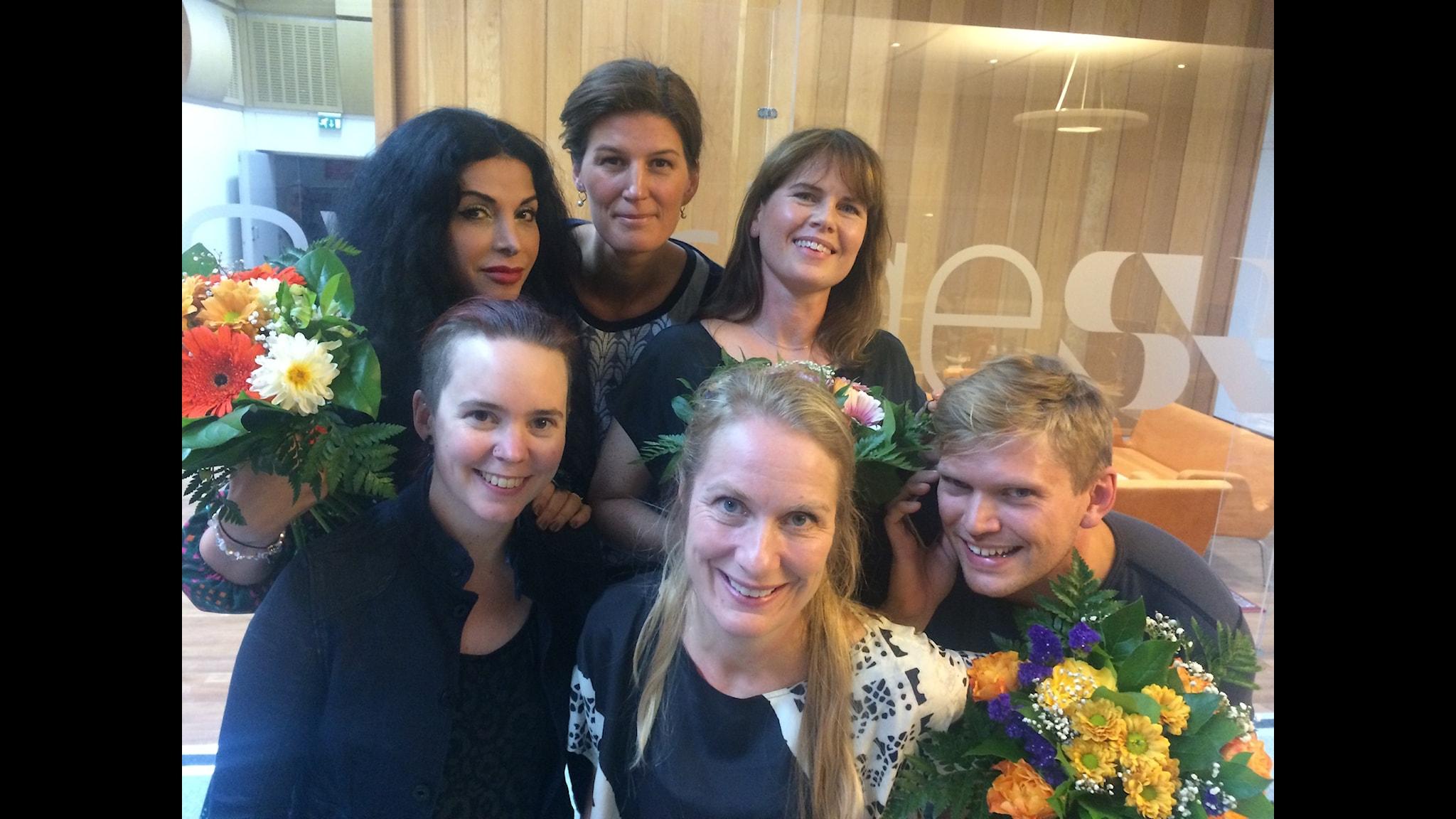 Nike Nylander, Cecilia Gralde, Henrik Torehammar, Zinat Pirzadeh, Sara Lövestam och Annika Lantz med blombuketter. Foto: Anna-Karin Ivarsson/SR.