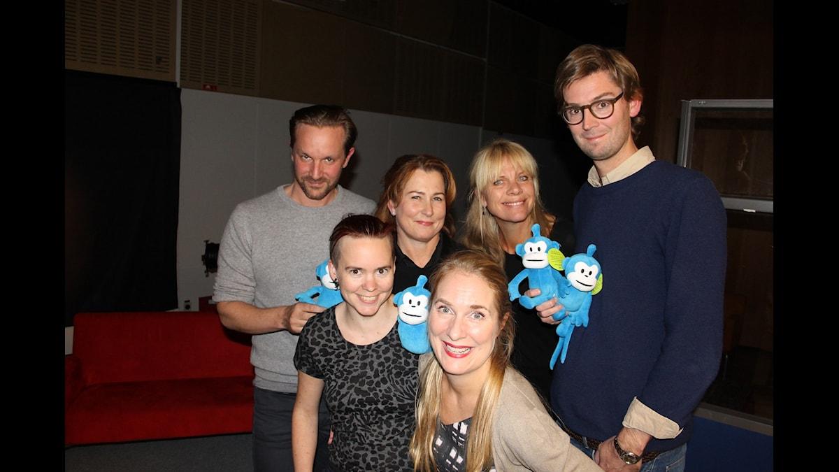 Sara Lövestam, Hugo Rehnberg, Claes de Faire, Annika Lantz, Carin Ahlqvist och Anna Hedenmo gör sig redo i studio åtta för kvällens direktsändning. Foto: Anna-Karin Ivarsson/Sveriges Radio.