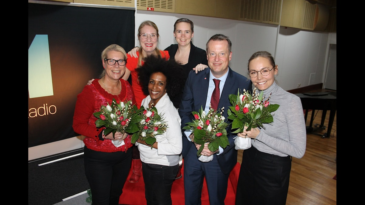 Annika Lantz och Sara Lövestam med Catharina Elmsäter-Svärd, Marika Carlsson, Anders Ygeman, Carina Berg. Foto: Anna-Karin Ivarsson/Sveriges Radio.