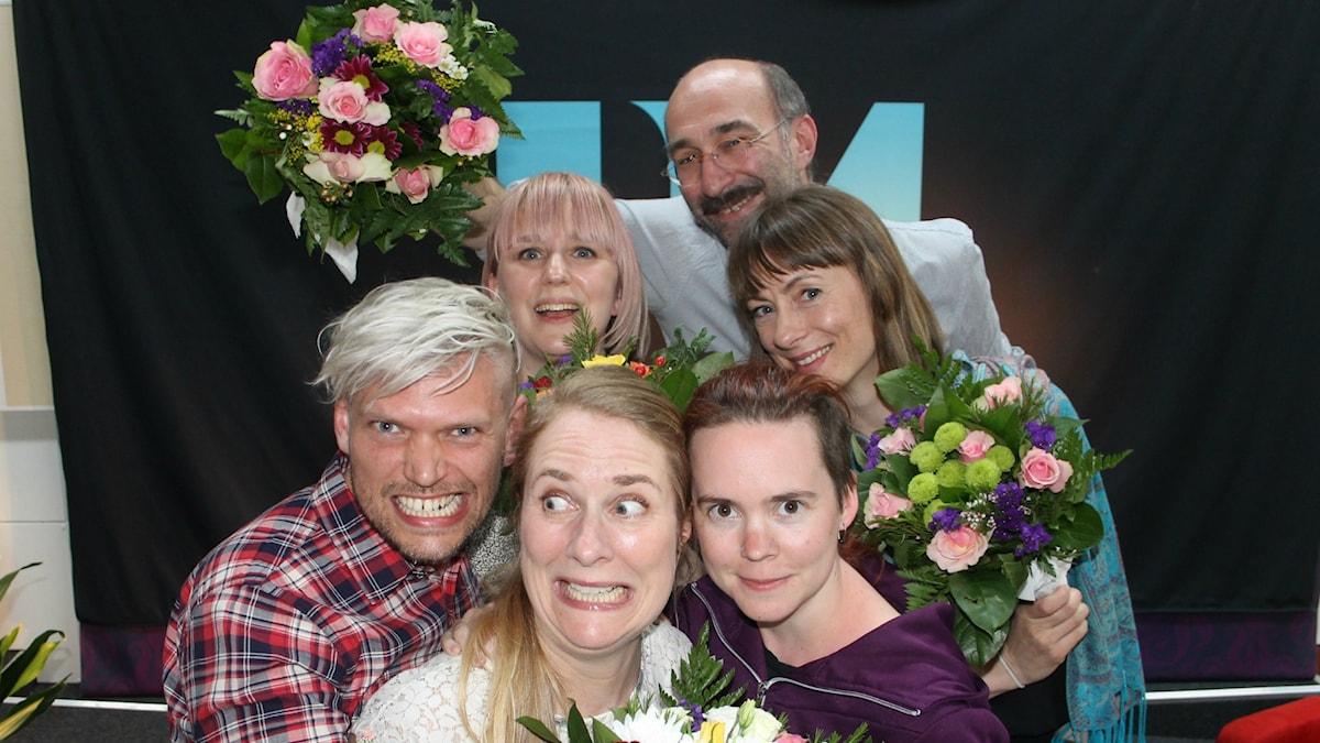 Henrik Torehammar, Hanna Fahl, Annika Lantz, Sara Lövestam, Måns Hirschfeldt och Lisa Bergström med blommor i studion framför P1-loggan efter sändningen.