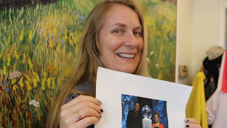 Annika Lantz håller upp en bild föreställande henne själv och Zlatan på en idrottsgala för några år sedan.