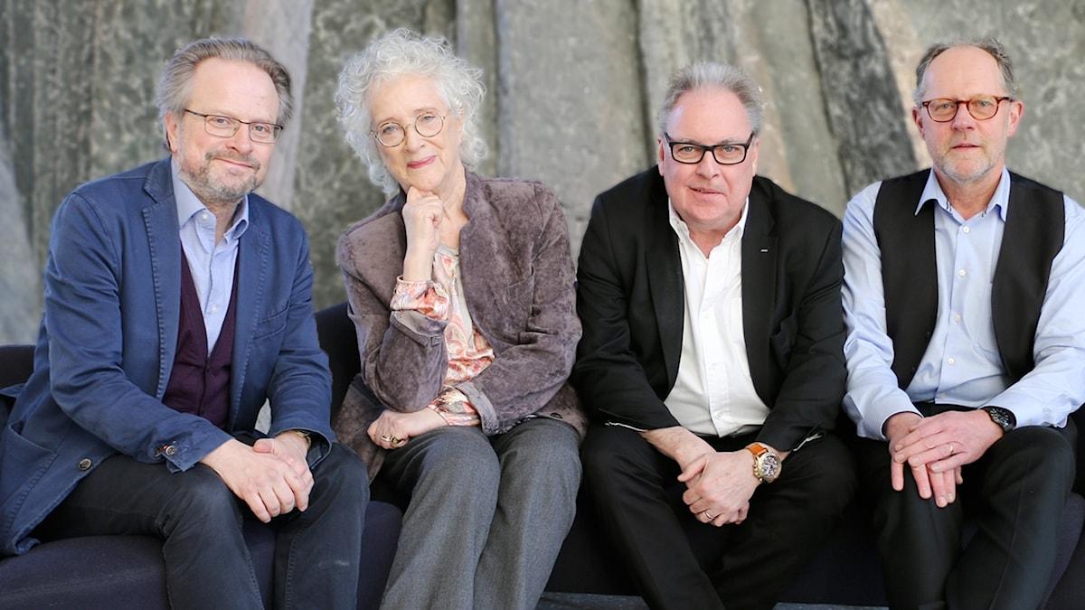 Karsten Thurfjell, Magdalena Ribbing, Per Hermansson och Torsten Nobling sitter i en soffgrupp och ler in i kameran.