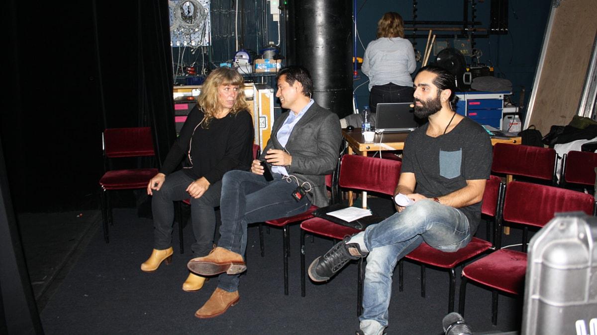 Stina Wollter, Simon Kyaga och Navid Modiri bakom scenen på Södra Teatern. Foto: Sofie Carlsson/Sveriges Radio