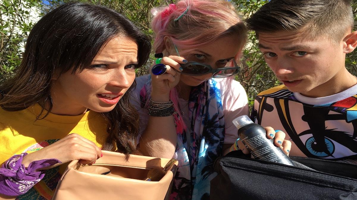 Amelie och Stella pratar om smink och rotar i Malin och Alex necessärer