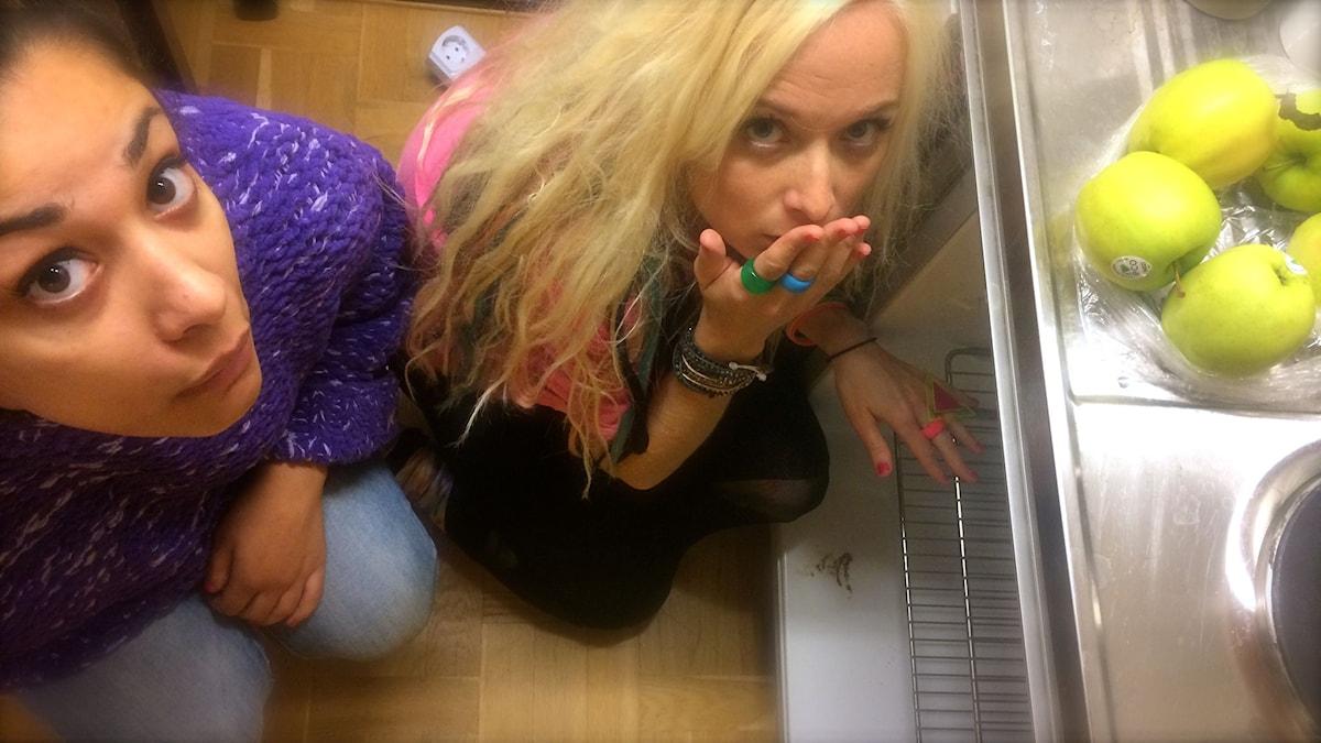 Farah och Amelie i Kims kylskåp. foto: David Silva