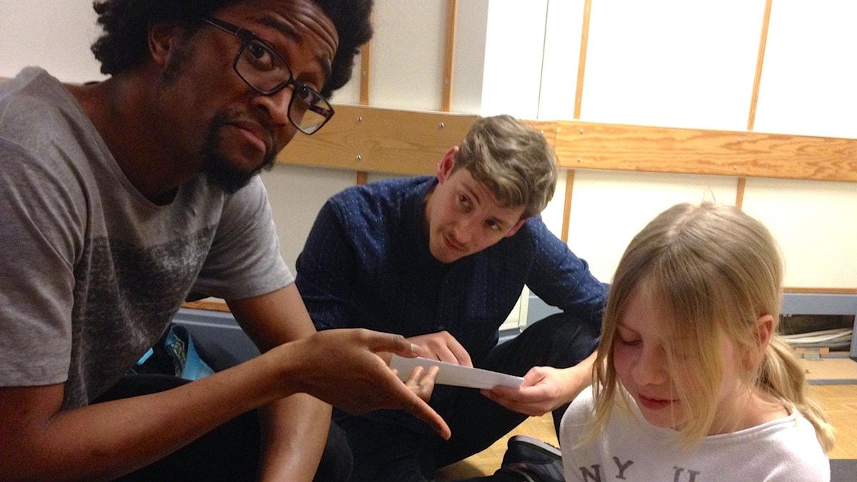 Rijal, Kim och Matilda skriver poesi foto: David Silva