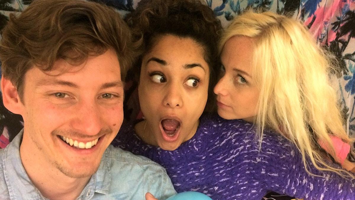 Kim, Farah och Amelie vet hur de ska hjälpa Gunilla foto: David Silva