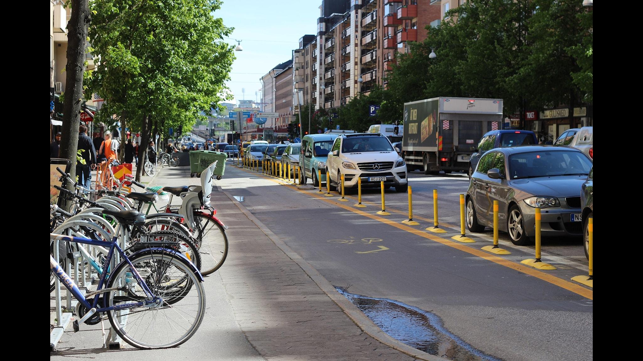 De ny breda cykelbanorna på Götgatan i Stockholm väcker mycket debatt. Foto: Lina E. Johansson