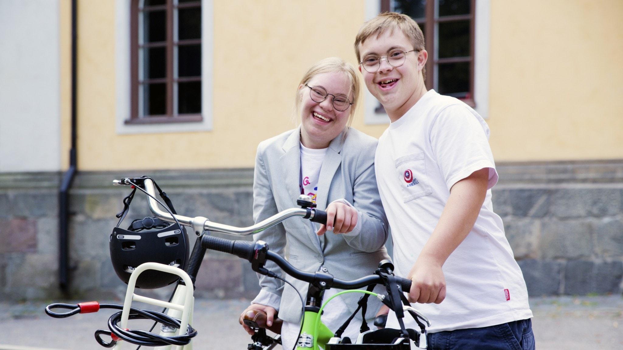 Ella och Hugo står vid sina cyklar.