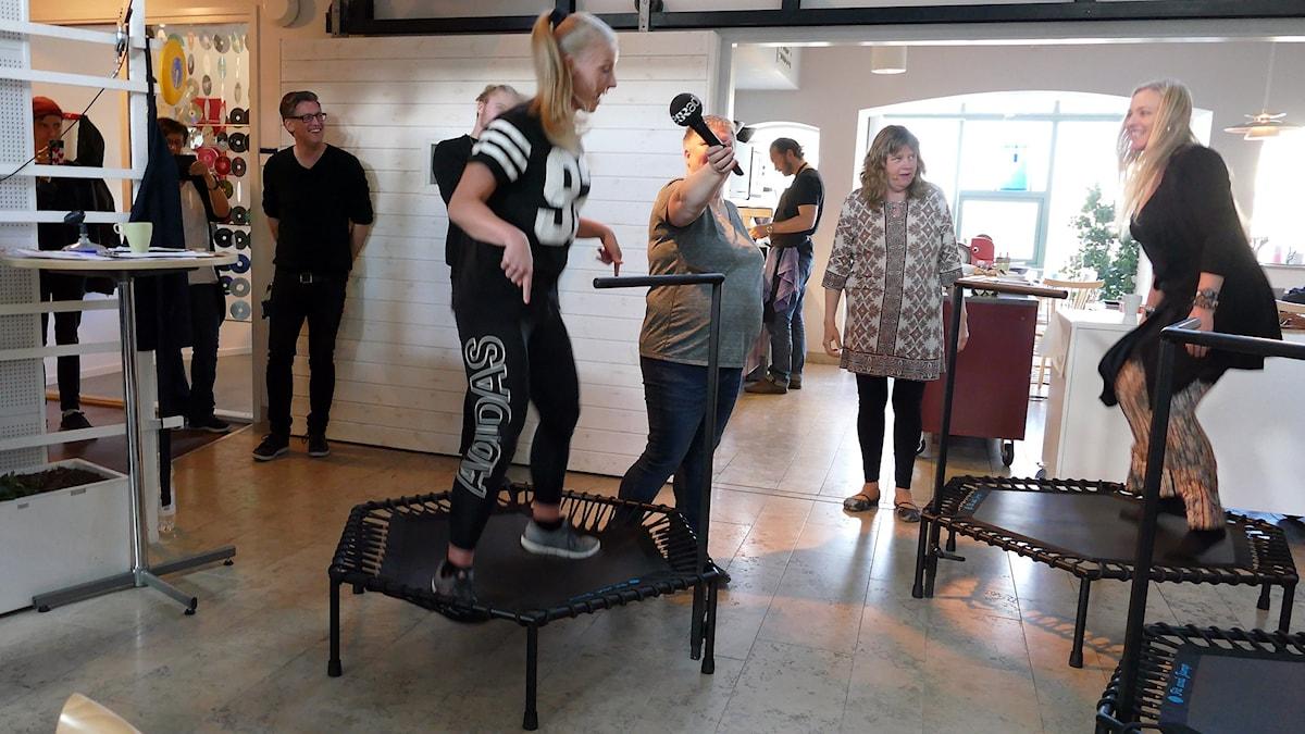 Gosia Zabovska visar Annika Fehling hur man tränar med trampolin