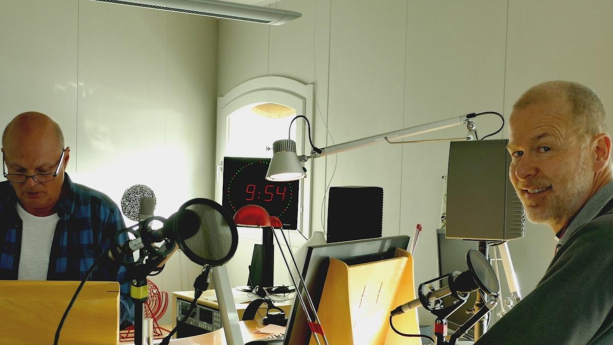 """""""Tv-prästen"""" Gösta Tingström i studion hos Joakim Åstrand."""