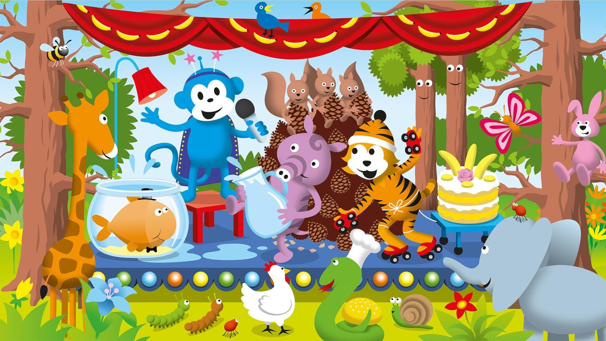 Radioapan står på en scen och presenterar talangshowen. Emmot hämtar vatten till Bubbels skål, Tassa har rullskridskor på sig, och ekorrungarna sitter på en stpr hög med kottar. Bild: Patrik Lindvall