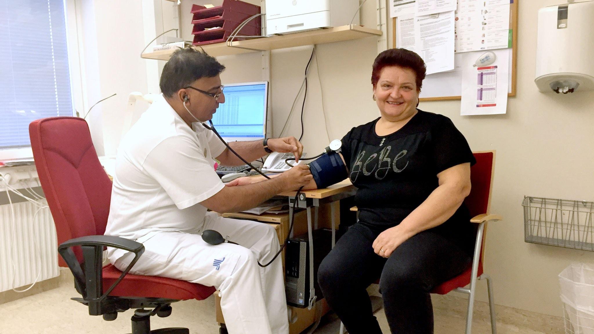 Läkaren Jawed Memon undersöker Sretenka Radivojevic. Foto: Johan Bergendorff/Sveriges Radio.