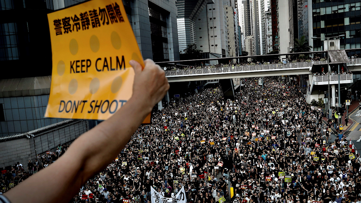 Tiotusentals demonstranter på Hongkongs gator den 1 juli 2019.