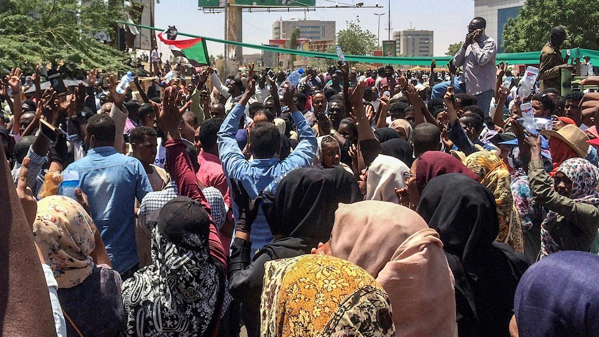 Tusentals människor samlades i helgen i ännu en massprotest mot president Omar al-Bashir.