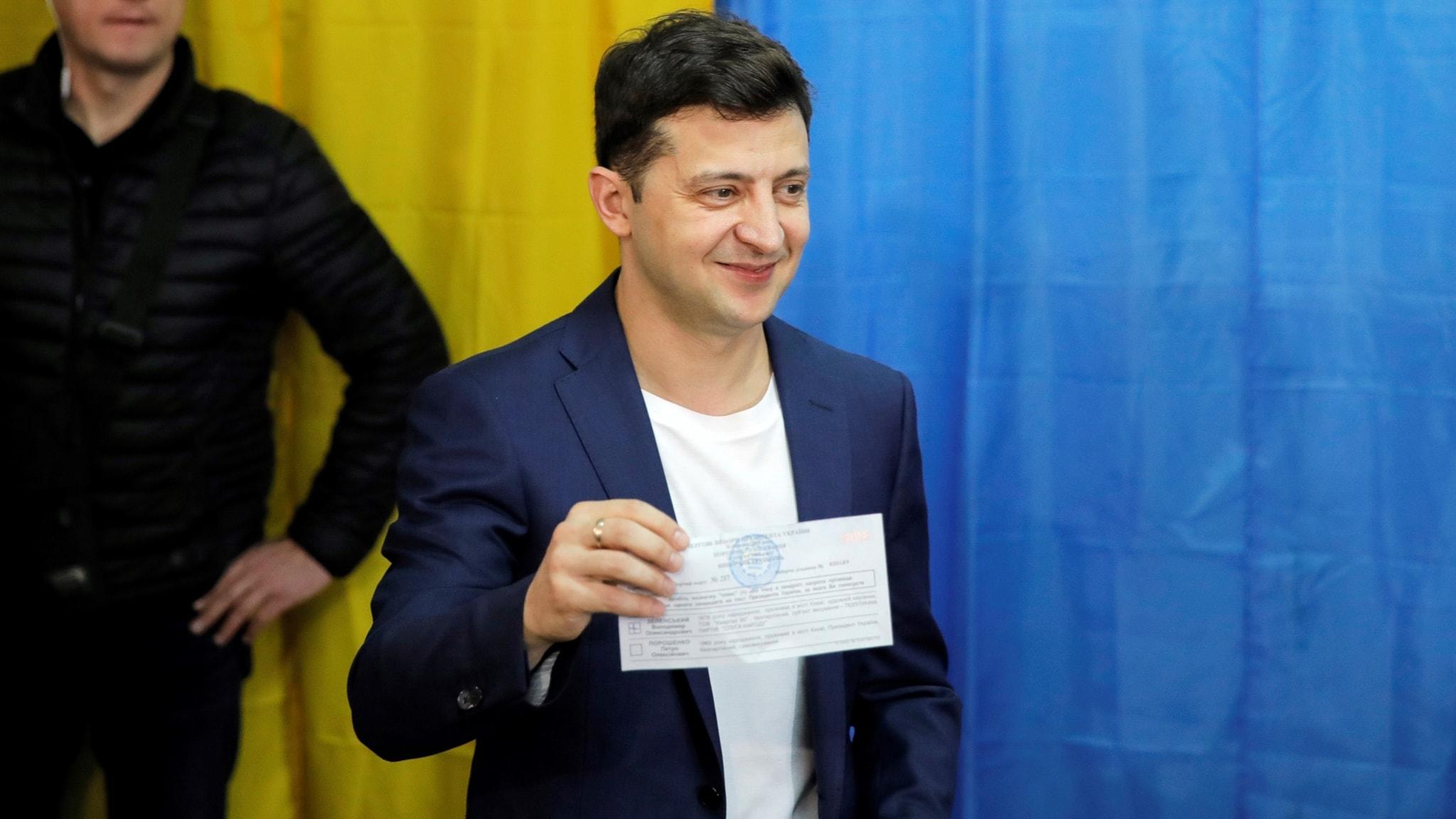 Komikern och skådespelaren Volodymyr Zelenskyj ser ut att vinna Ukrainas presidentval