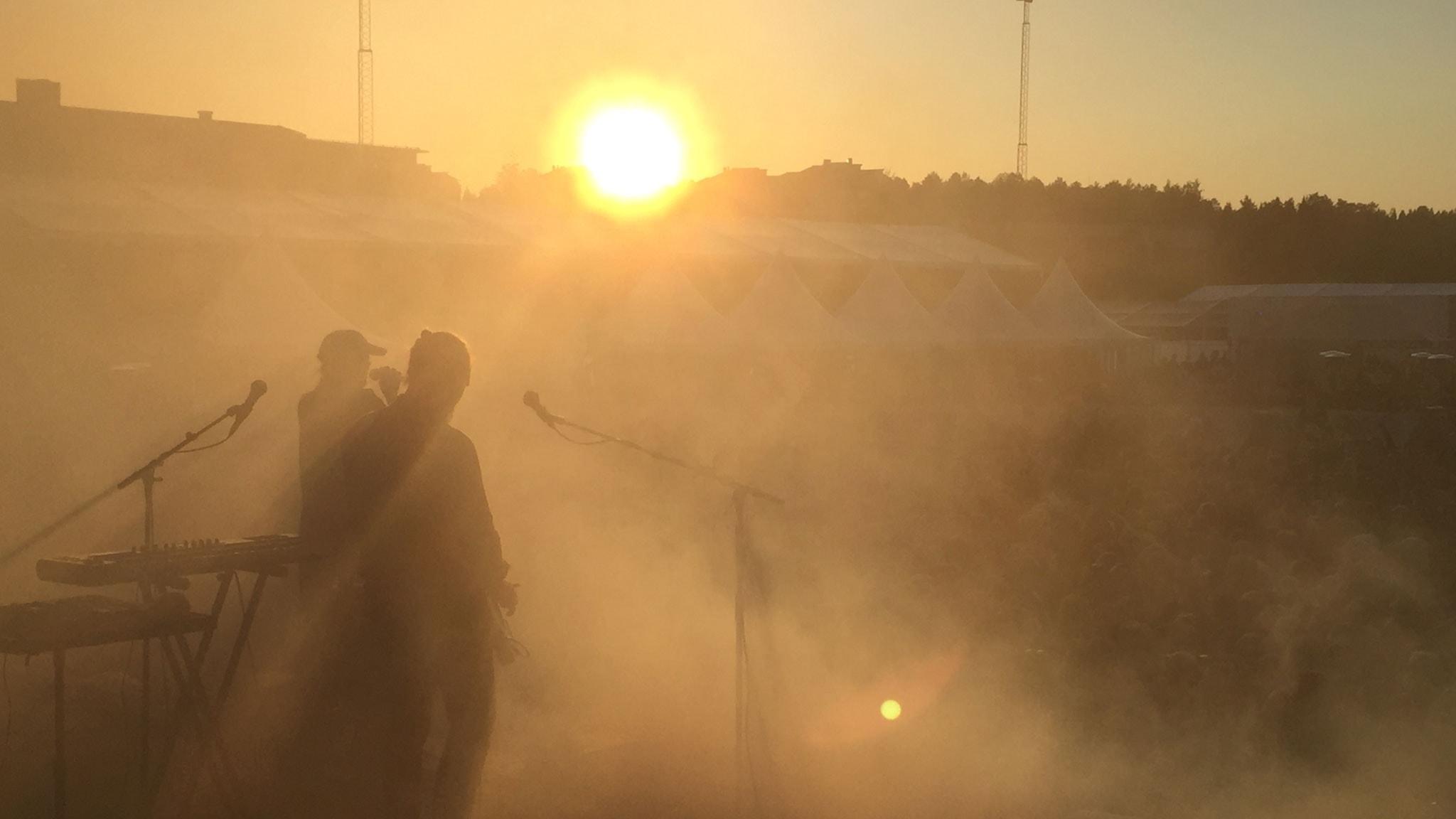 Solnedgång under Miriam Bryants spelning på Brännbollsyran 2016