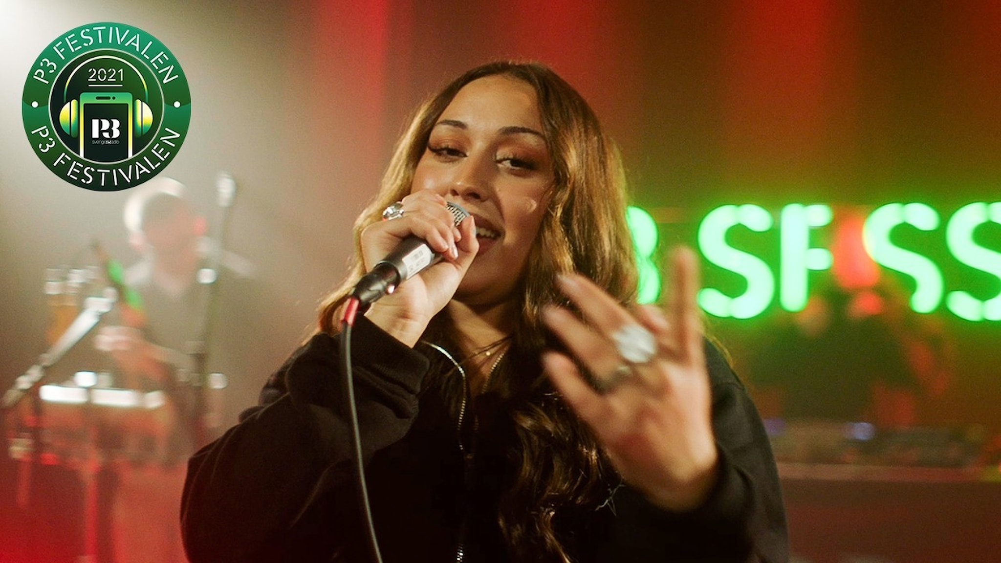 Mona Masrour sjunger och tittar in i kameran på P3 Session-scenen.