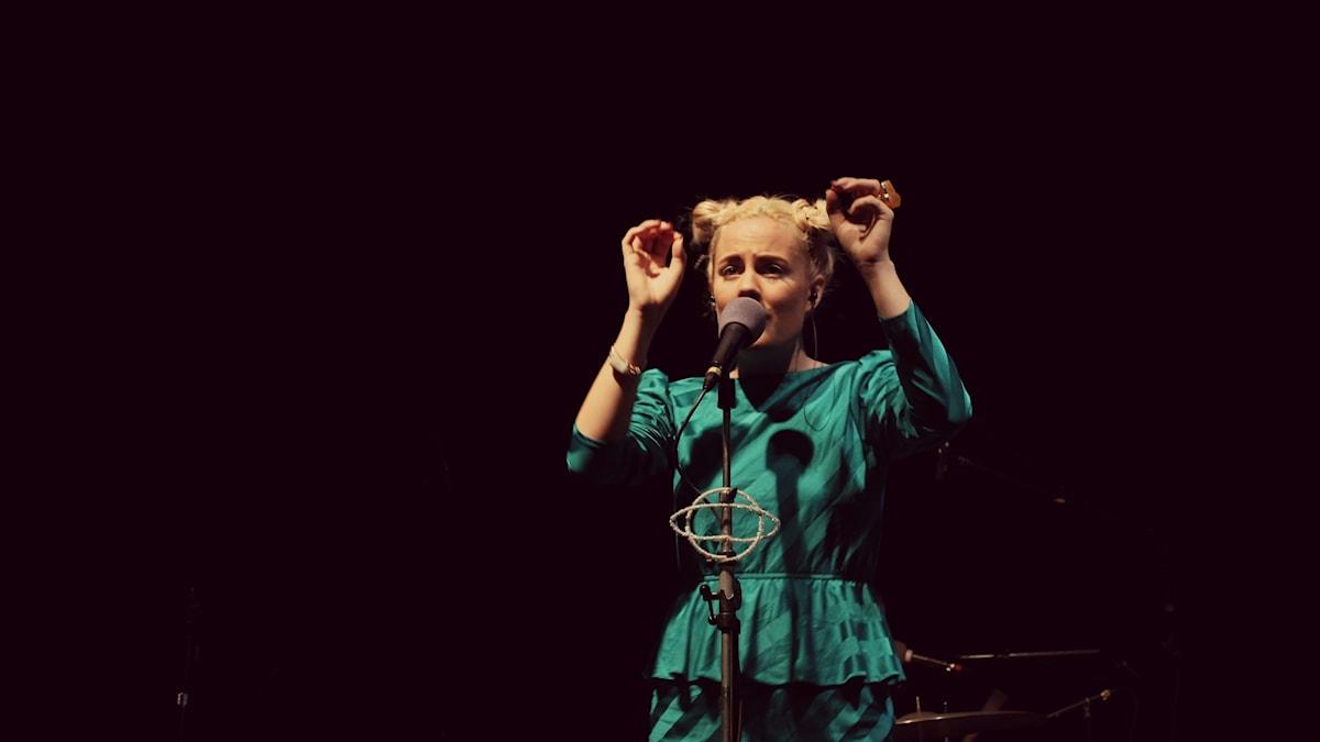 Maja Francis inledde kvällen. Foto: Emma Leyman/SR