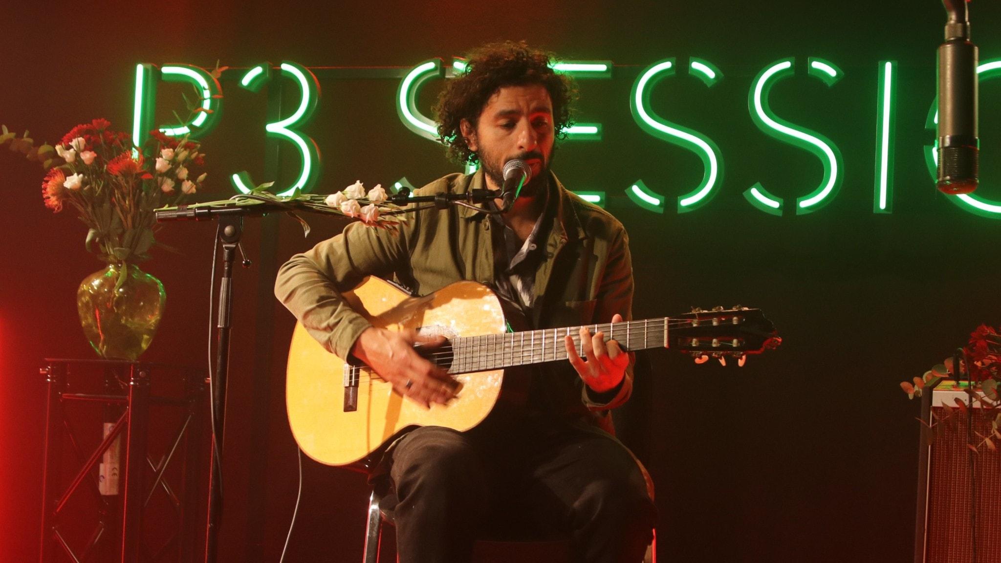 José González live i P3 Session framför neonskylten