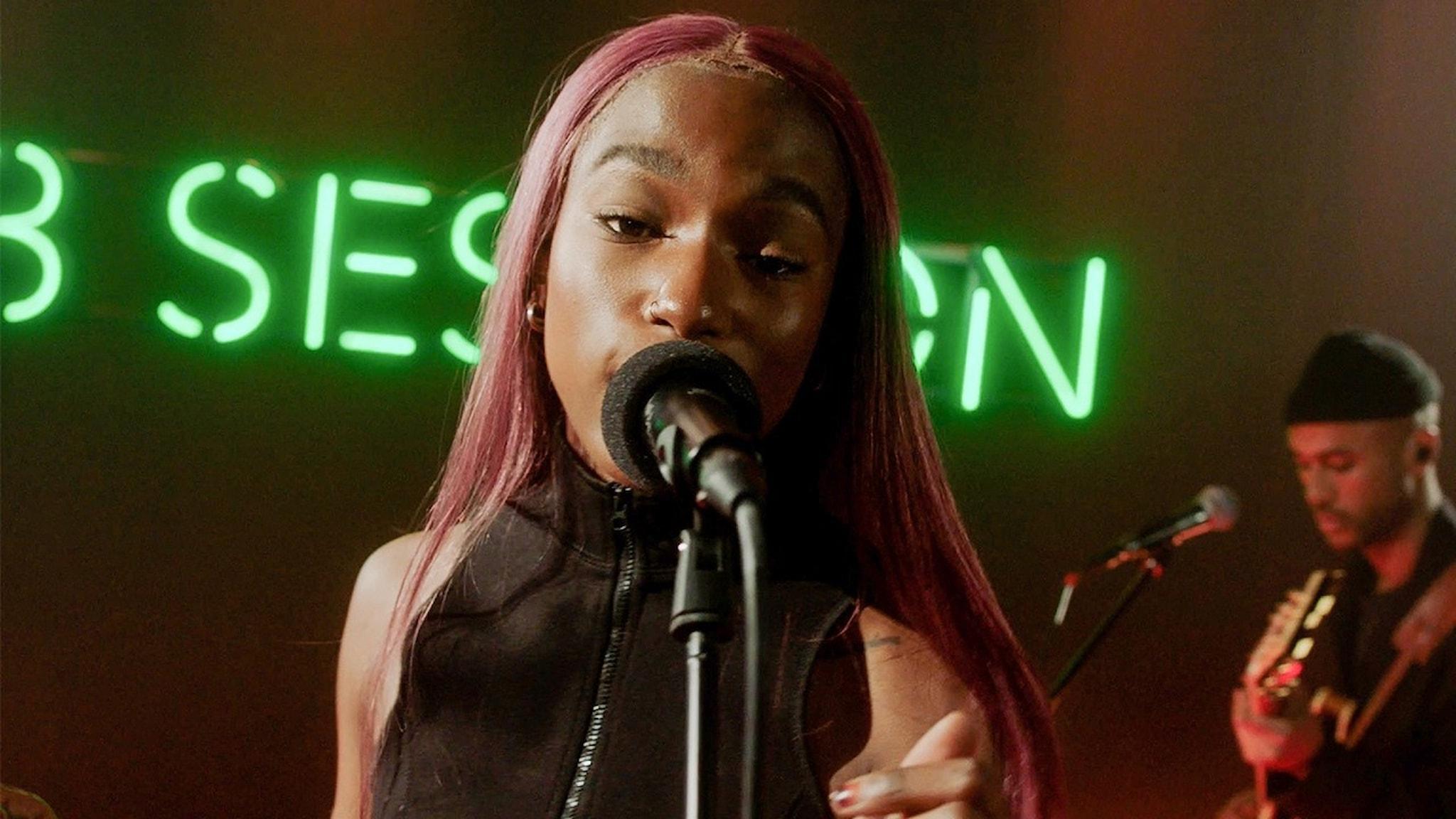 Sabina Ddumba sjunger på P3 Sessions scen.