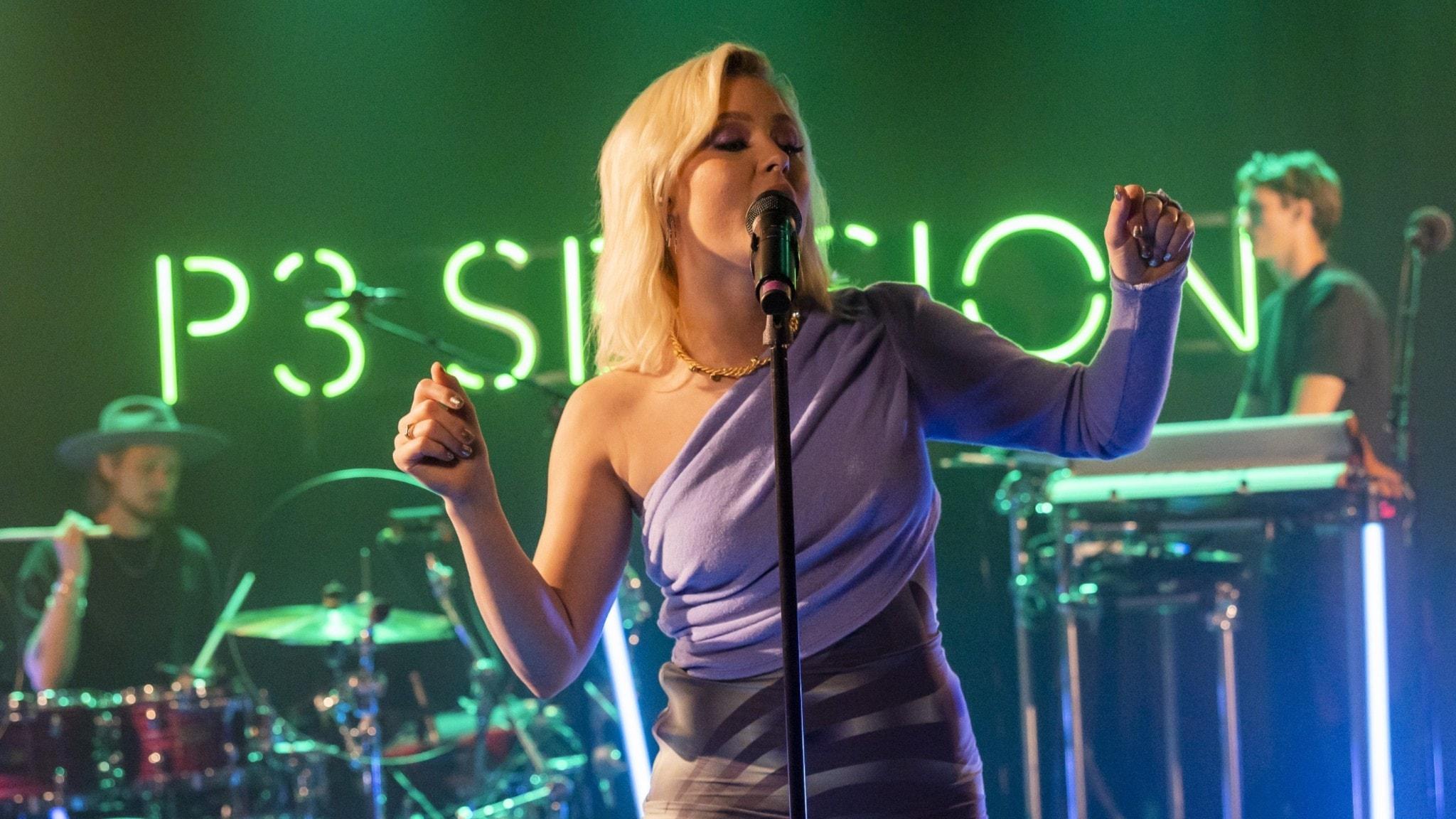 Zara Larsson uppträder på P3 Session-scenen