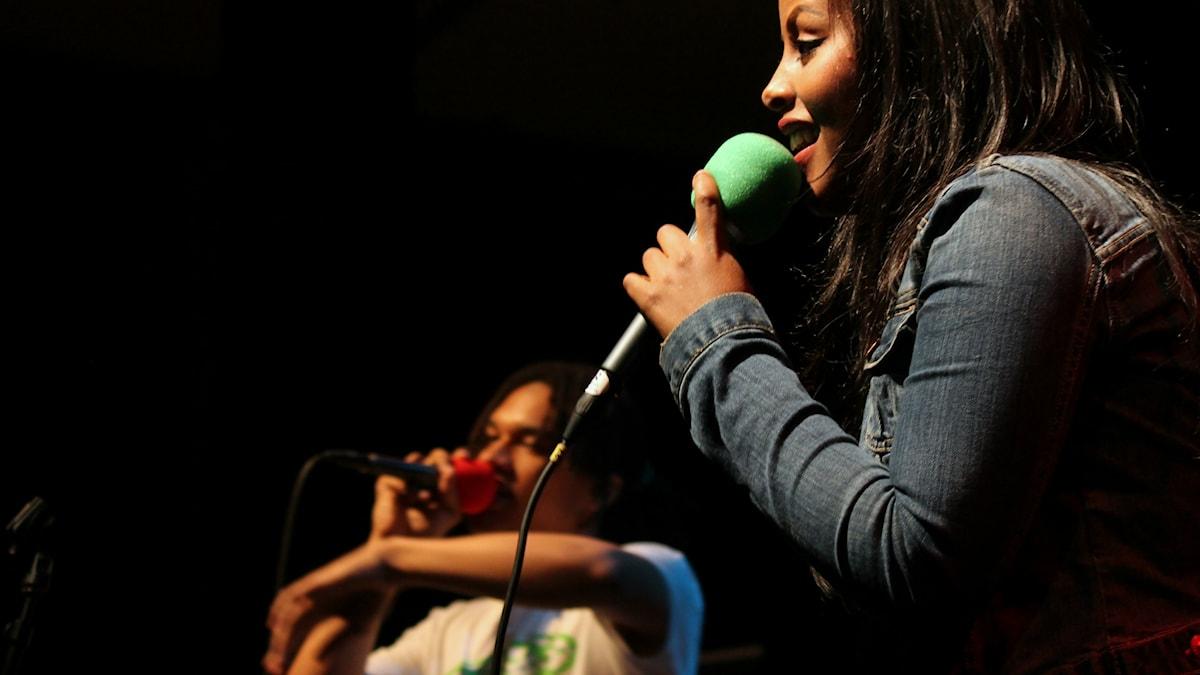 Cherrie och Yemi på scen ihop