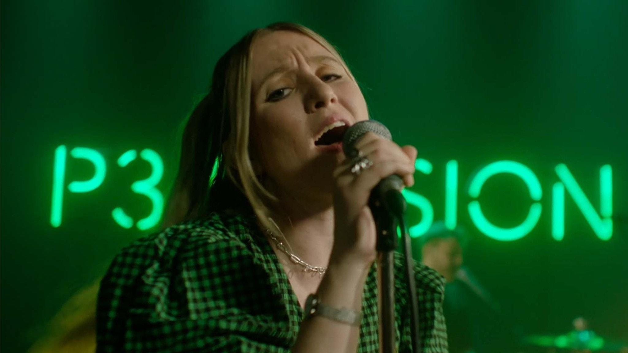 Myra sjunger på P3 Sessions gröna scen