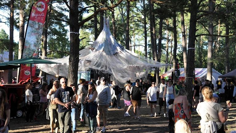 Öland Roots besökare står i skogen.